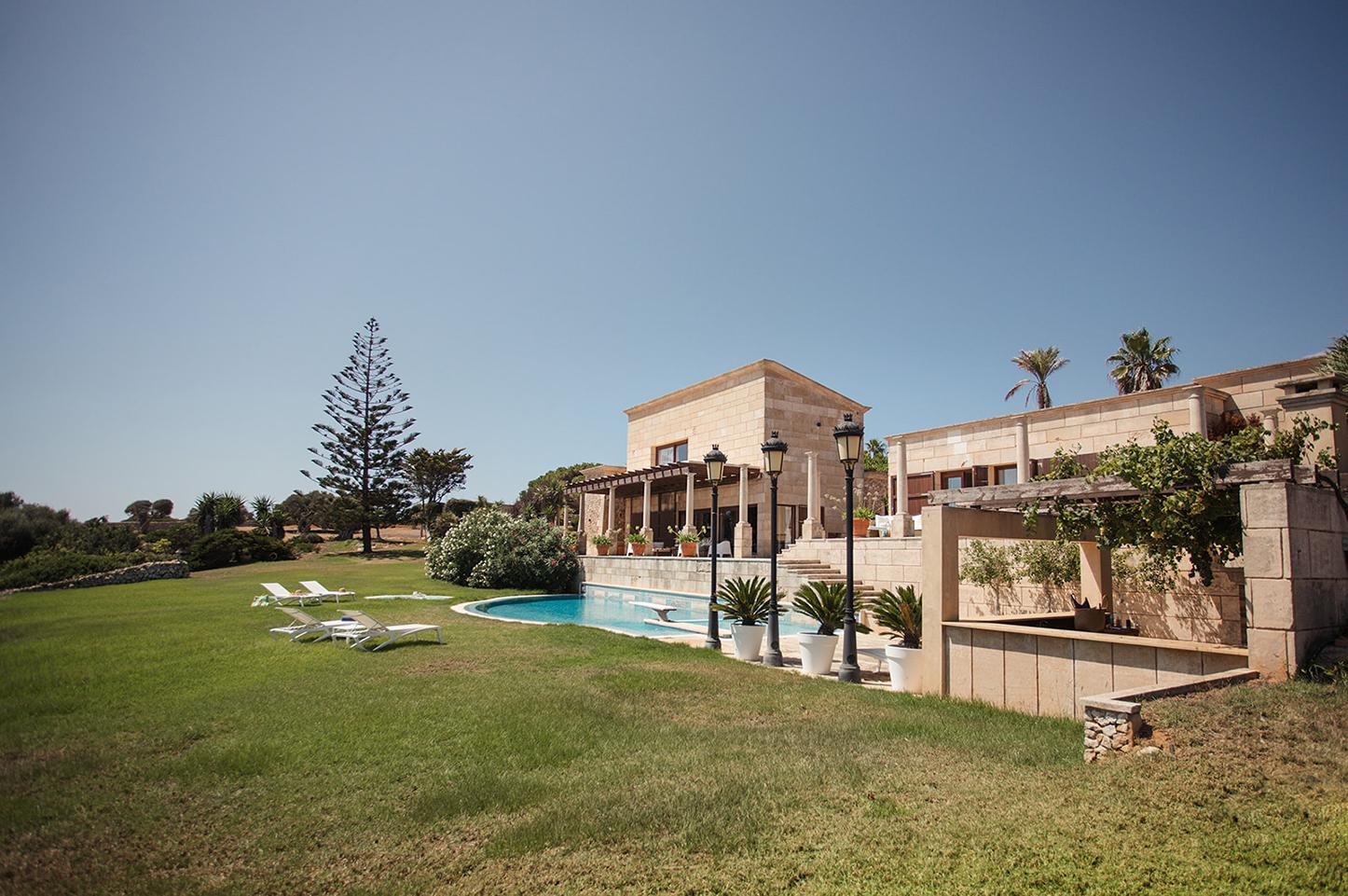 Villa exclusive et isolée au sommet d'une falaise à Minorque avec personnel et vue sur la mer